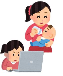 パソコンと授乳する女性
